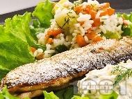 Пържена риба зарган на тиган с гарнитура от варен ориз и задушени тиквички с майонеза